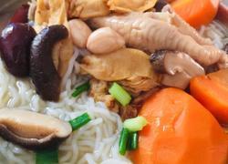 花胶鸡爪红萝卜香菇汤米粉